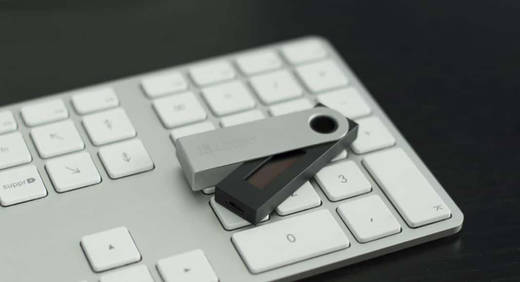 Halb geöffneter Ledger Nano S