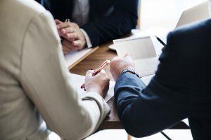 Vertrags-Unterschrift zwischen Arbeitgeber und Arbeitnehmer als Sicherheit um 10000 Euro anlegen zu können