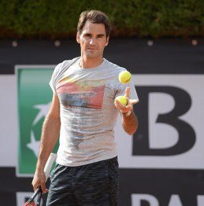 Foto von Roger Federer mit Tennisbällen in der Hand