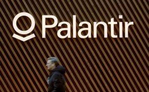 Logo von Palantir - vor Wand