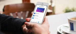 Revolut App am Handy im Cafe
